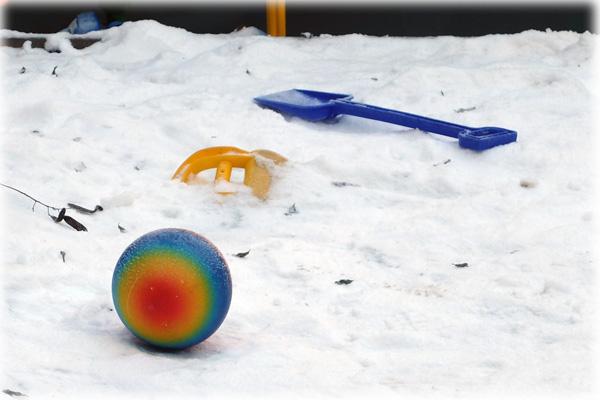 Barnen leker i snön